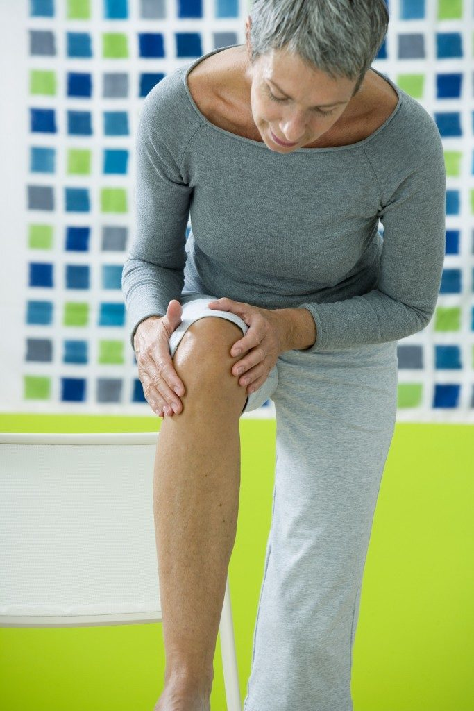 elderly experiencing knee pain